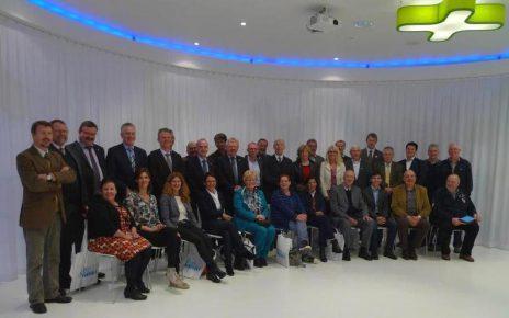 Bocholt Ratsmitglieder 464x290 - Ratsbesuch in Bocholt (BE) - Bürgermeister überreicht 3 D Bild von Bocholt